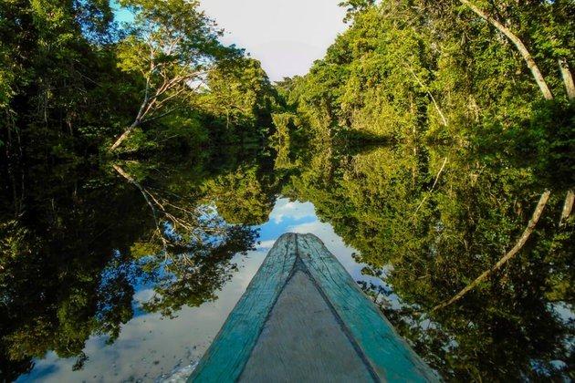 Imagem de uma canoa no rio.
