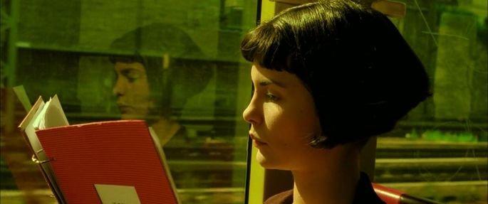 Amélie lendo livro de Hipolito