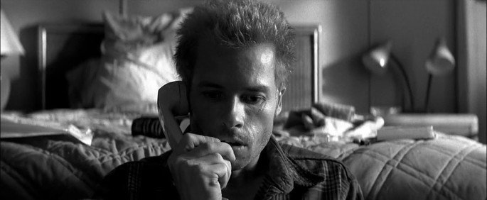 Frame: Leonard falando no telefone