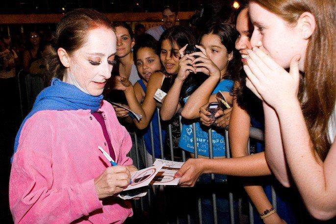 Ana Botofogo dando autógrafos
