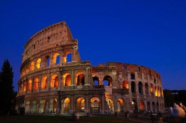 coliseu romano. Construção circular com parte em ruínas