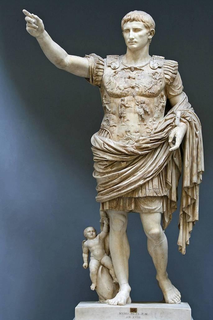 escultura romana exibindo Augusto de Prima Porta, imperador com braço direito estendido