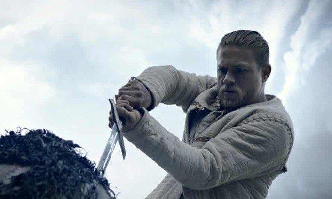Arthur retira a espada da rocha