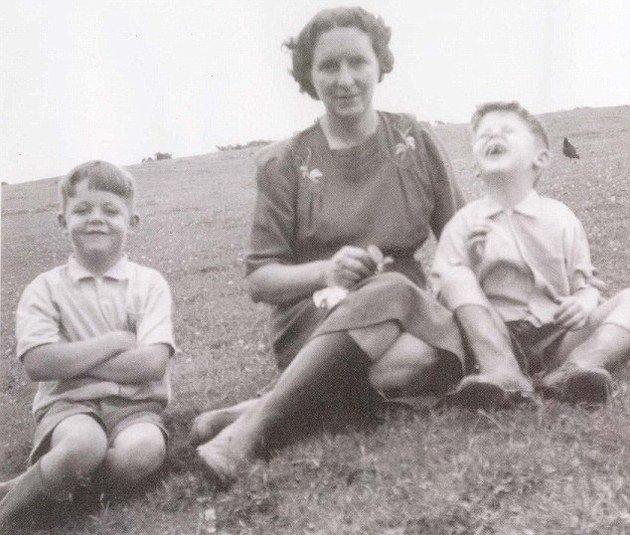 Retrato de Paul com sua mãe e irmão.