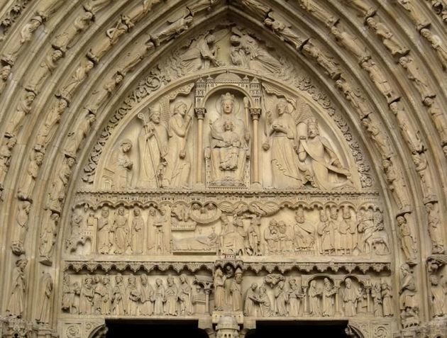 Pórtico de Santa Ana, repare nos detalhes das esculturas.