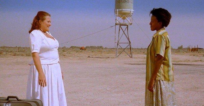 Cena do filme Bagdad Café exibe duas mulheres em paisagem desértica