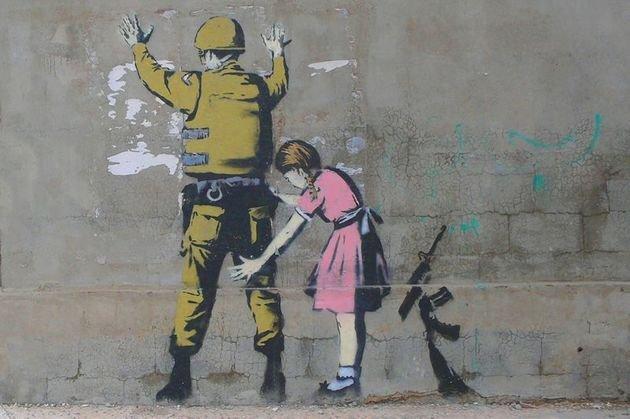 Obra feita por Banksy em um muro de Gaza.