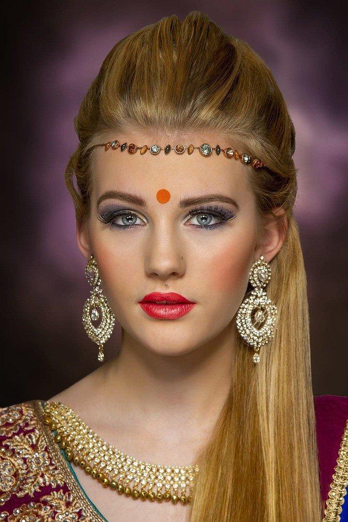 Mulher branca usando um bindi.