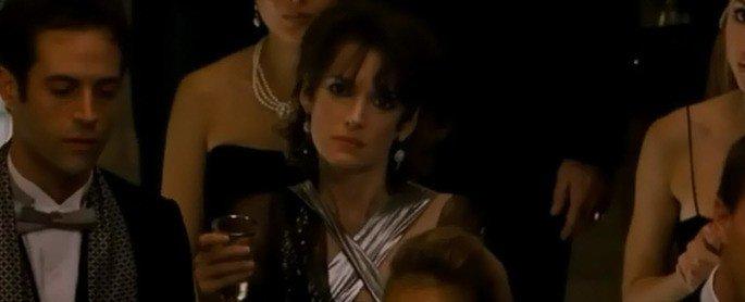 Beth vendo a apresentação de Nina.