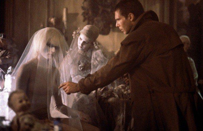 Pris se disfarça entre os brinquedos de Sebastian em Blade Runner
