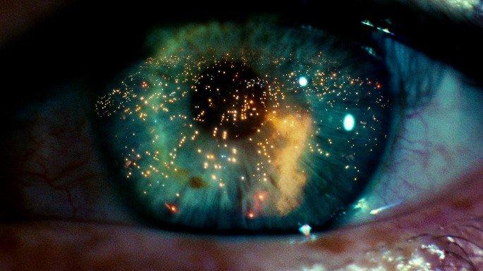 olho com reflexos de luzes e chamas em filme blade runner