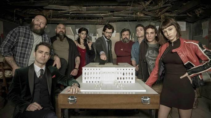 O professor, no centro da imagem, envolve com a banda um modelo da Fábrica da Moeda de Madri.