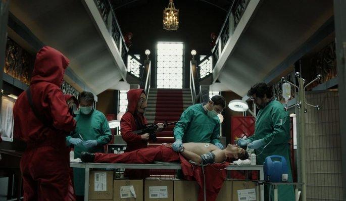 Os cirurgiões operam em Arturo e Ángel, à direita da imagem, fingem ser uma enfermeira.