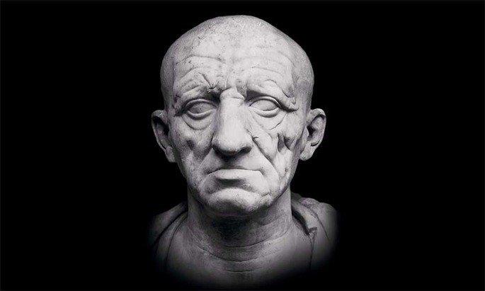 escultura romana exibindo cabeça de homem idoso