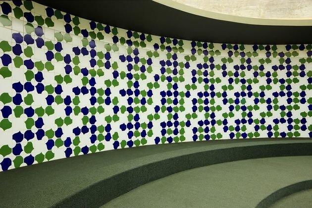 A composição de azulejos de autoria de Athos Bulcão.