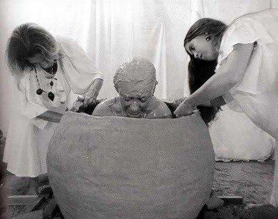 Mulher dentro de vaso de barro