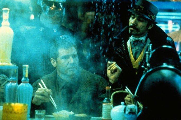 cena em tons de azul de blade runner em que deckard come macarrão na rua e oficiais chegam para intimá-lo