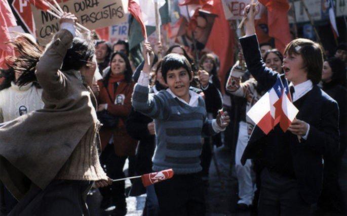 cena de filme Machuca exibe crianças em um protesto