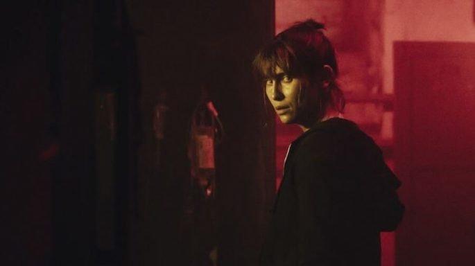 Mulher num corredor vermelho