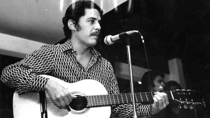 Chico Buarque se apresentando em 1971.