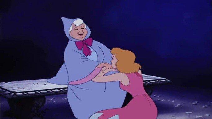 Surge a fada mdrinha para ajudar a Cinderela.