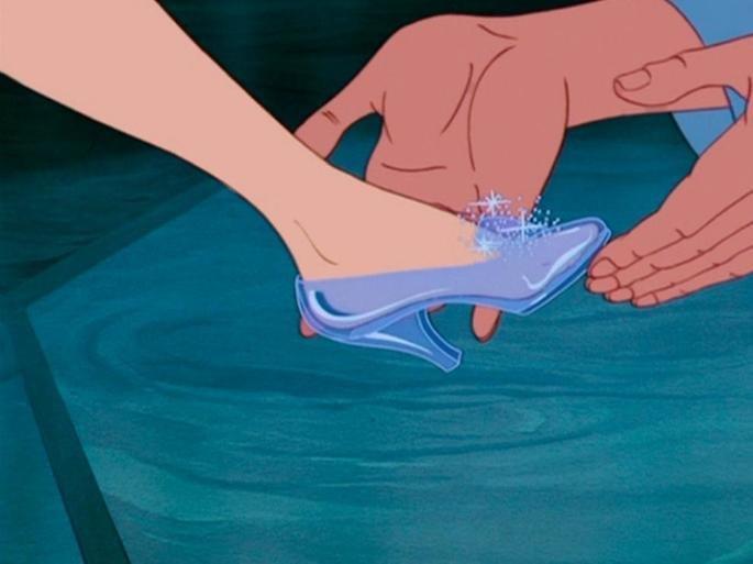 Cinderela experimentando o sapato.