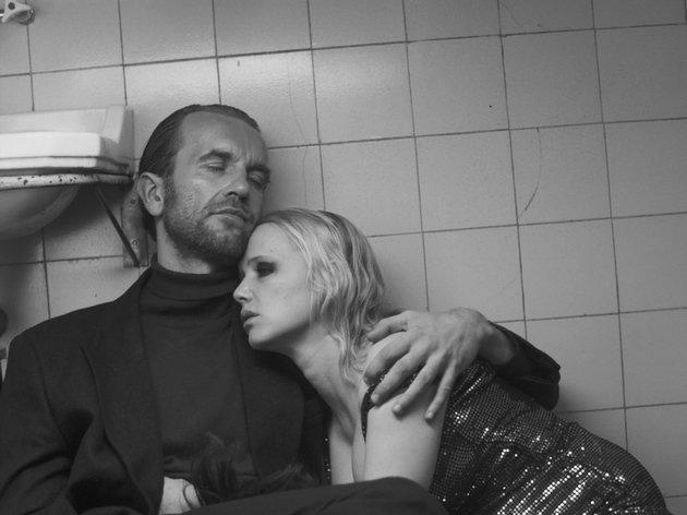 Wiktor consola Zula que está chorando no banheiro.