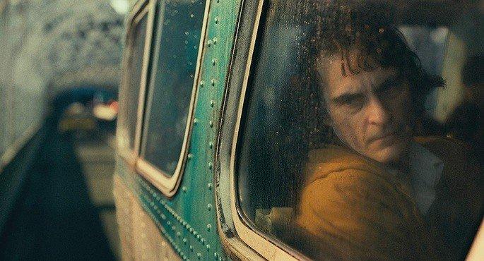 Arthur olhando pela janela.