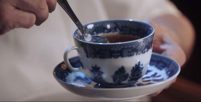 Missy hipnotizando com a xícara do chá
