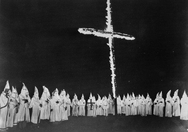 Ku Klux Klan queimando uma cruz no Tennessee, 1948.