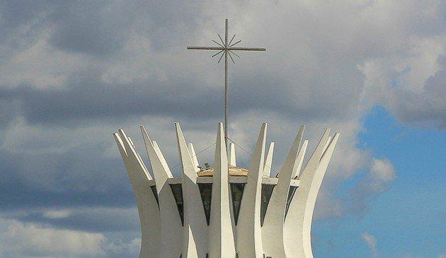 Cruz no topo da igreja.
