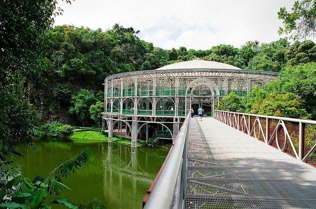 A passarela sobre o lago que dá acesso à Ópera de Arame.