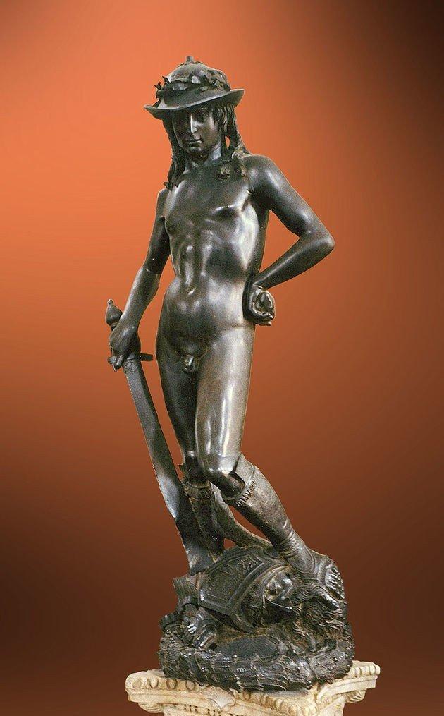 Escultura feita em bronze do artista Donatello retratando o herói David