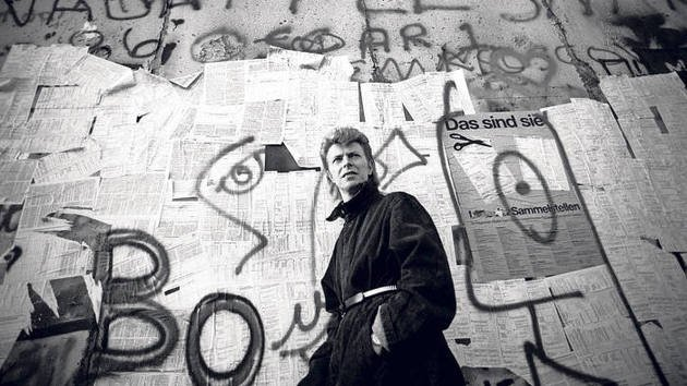 Retrato de David Bowie no Muro de Berlim (1987)
