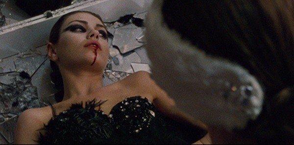 Nina mata Lily no camarim.