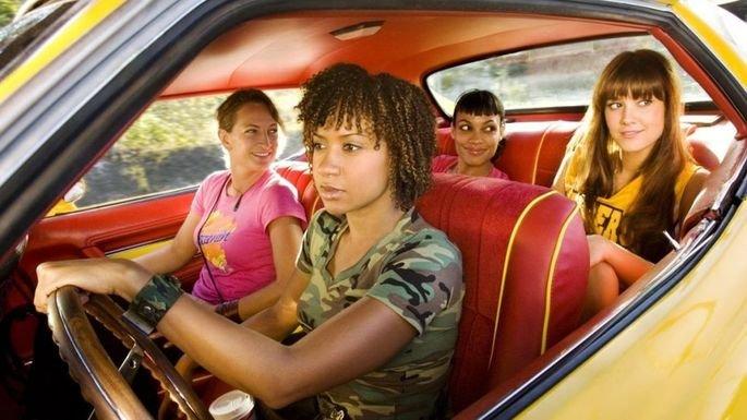 Gangue de mulheres dentro do carro.