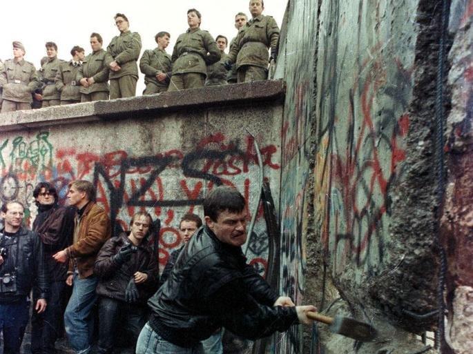A população destruindo o Muro de Berlim, 1989.