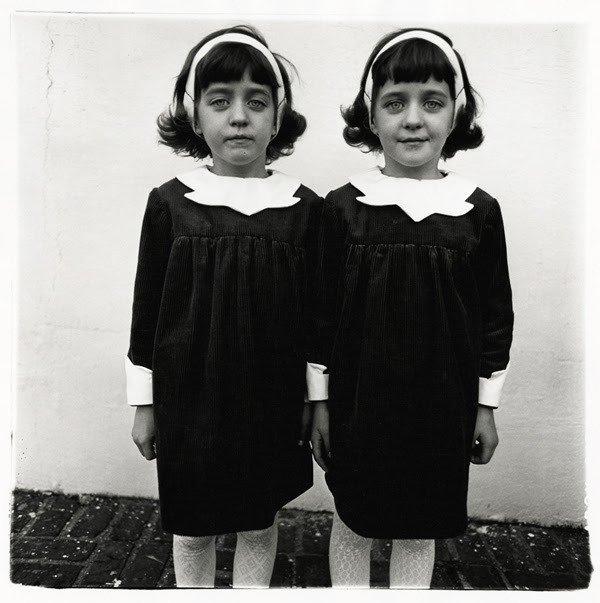 as gêmeas fotografadas por Diane Arbus