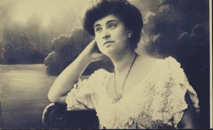 Dora (nome fictício atribuído à Ida Bauer) foi uma das primeiras pacientes de Freud que sofria com histeria. Os relatos deixados pelo psicanalista contem detalhes sobre o caso.