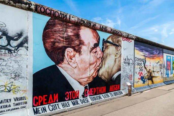 Grafite 'O Beijo' no Muro de Berlim.