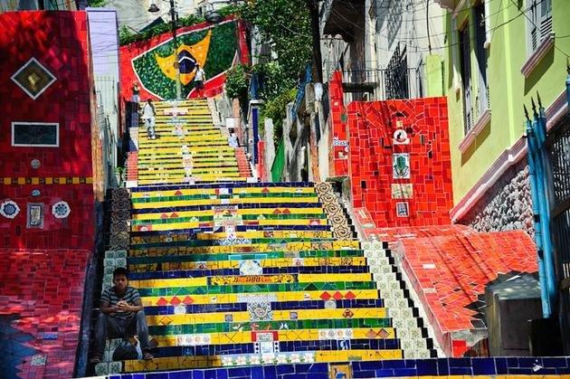 O projeto tem profunda influência das cores da bandeira do Brasil.