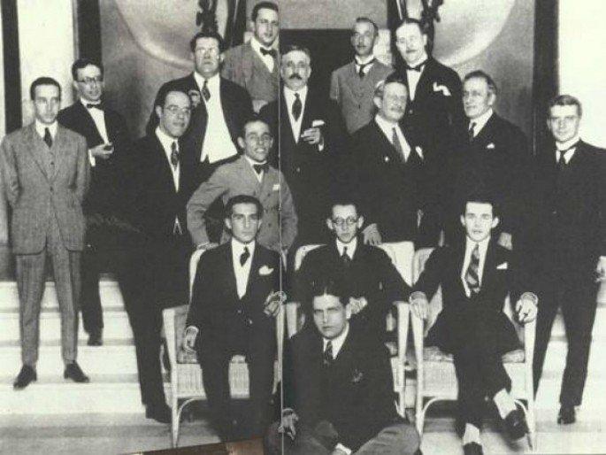 Grupo de modernistas na escadaria liderado por Oswald de Andrade (sentado a frente)