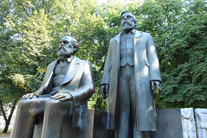 Estátuas de Marx e Engels em Berlim.
