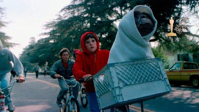 cena de E.T mostra extraterrestre em cesta bicicleta enrolado em pano
