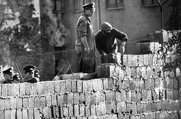 Imagem da construção do muro em 1961.