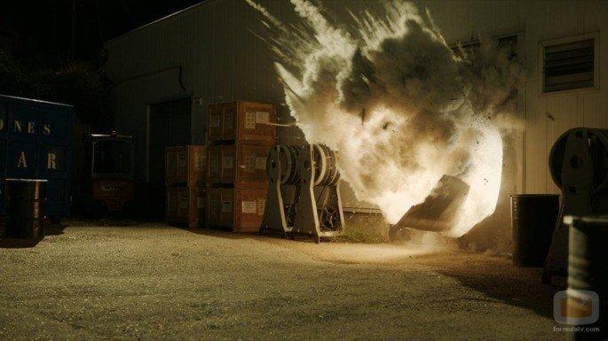 Alguns reféns explodem uma porta para sair.