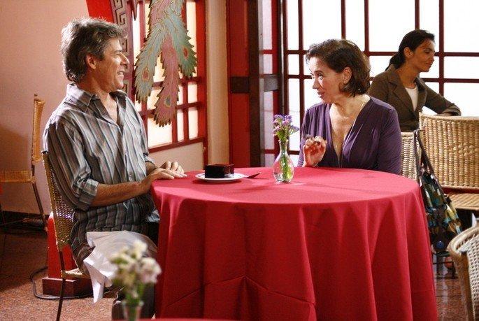 cena do filme Divã mostra casal em mesa de jantar