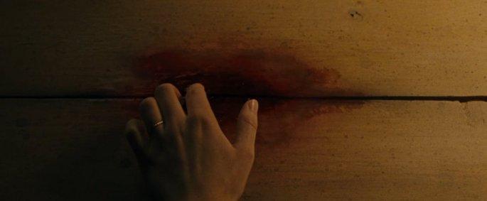 Mancha de sangue no chão da casa