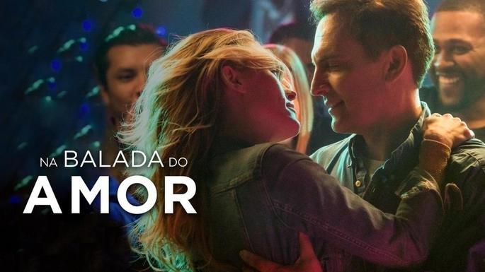 Cartaz do filme Na balada do amor mostra um casal quase se beijando