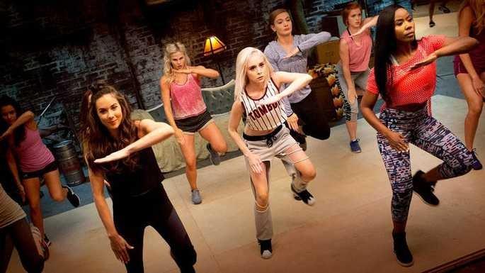 Cena de filme Step Sisters. Grupo de jovens mulheres dança em galpão